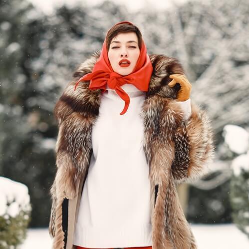 Donne elegante con pelliccia e guanti in pelle